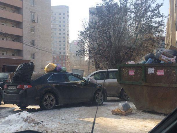 В воронежском дворе жильцы массово выкинули мусор на машину