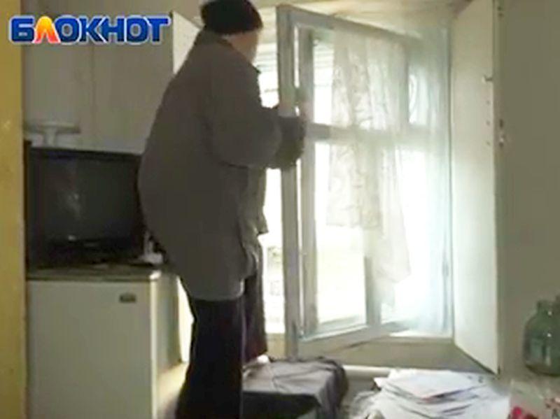 Из-за конфликта с тещей воронежского депутата пенсионеры ходят домой через окно