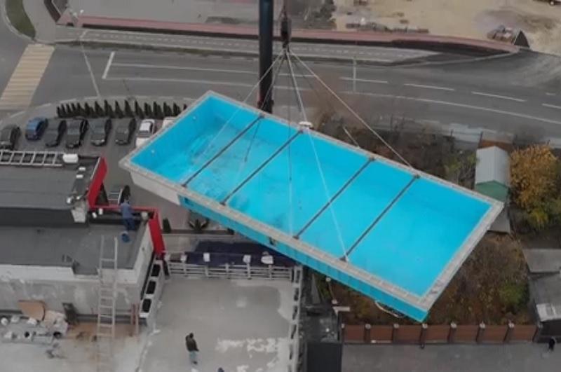 Попадание огромного бассейна на крышу здания в Воронеже сняли на видео