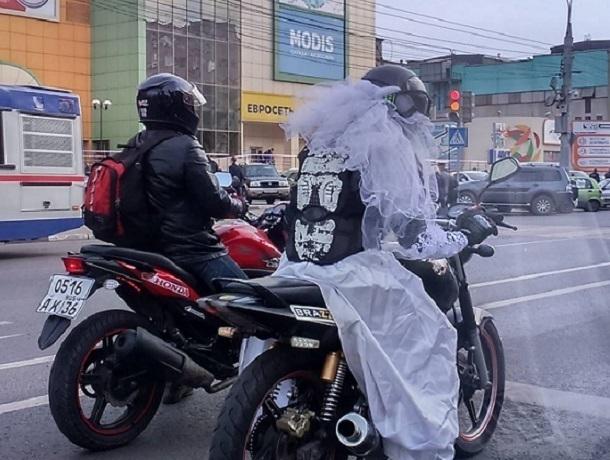 По Воронежу ездит мотоцикл Brazzers с девушкой в свадебном платье за рулем