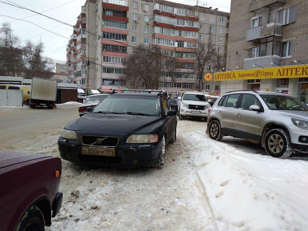 Наглый москвич на Volvo перегородил путь пешеходам в Воронеже