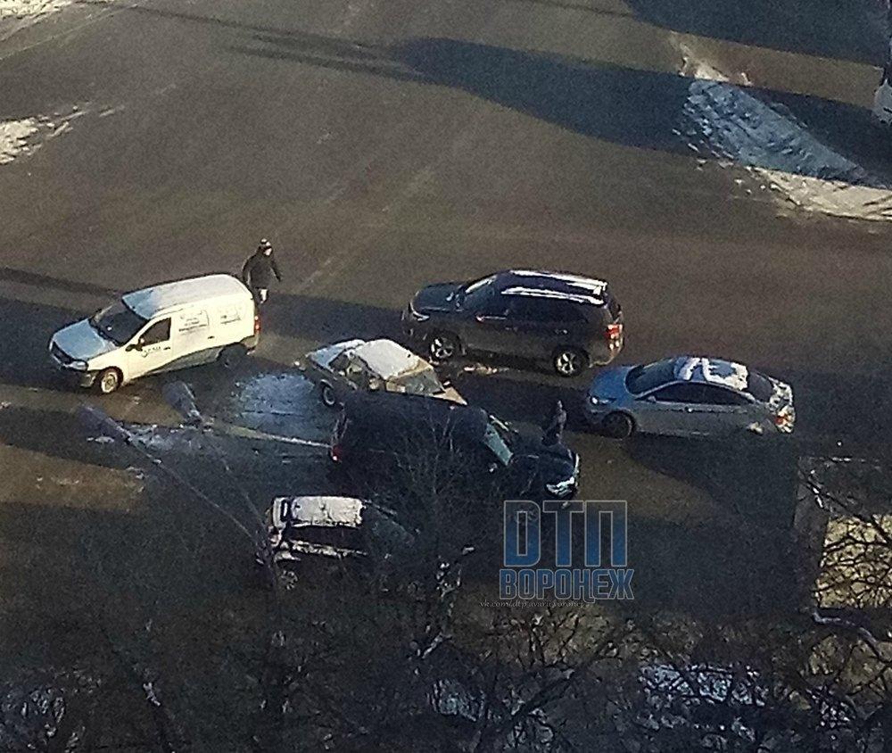 Массовая авария спровоцировала пробку на Левом берегу Воронежа