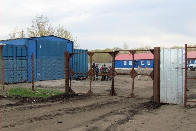 В Воронежской области антиникелевый активист на машине протаранил ворота базы геологов