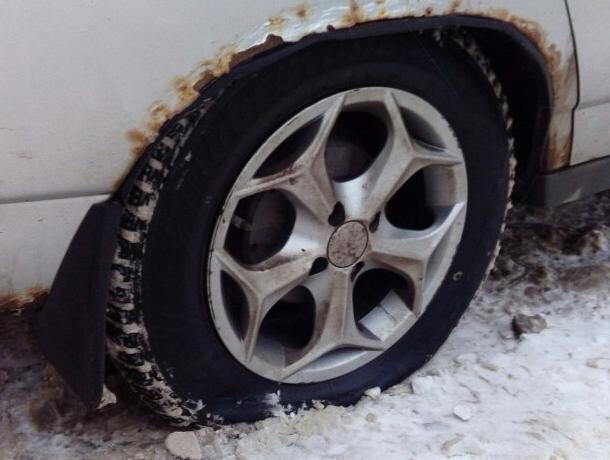 В Воронеже за ночь на парковке прокололи колеса 10 машинам