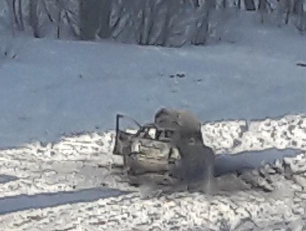 В Воронеже ночью у «Алых парусов» сгорела Lada Priora