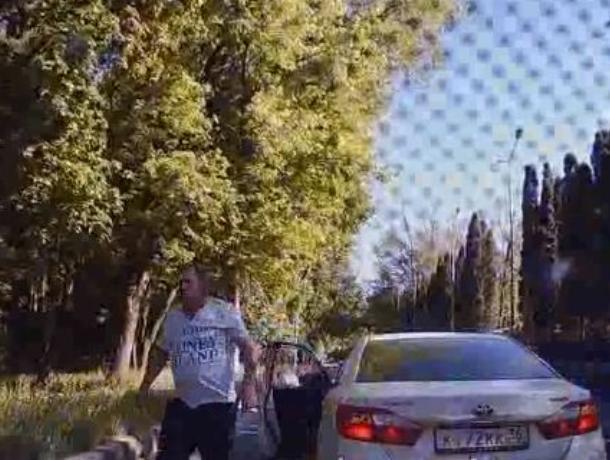 Агрессивный король дорог, предложивший водителю «потеряться», попал на видео