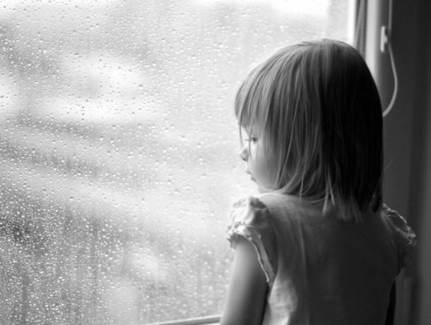 Девочки 2 и 5 лет выжили после падения из окна многоэтажки в Воронеже