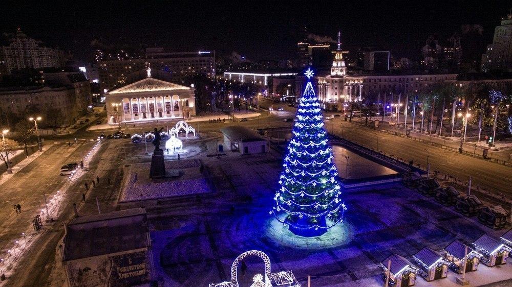 Скандально дорогая ёлка на площади Ленина досталась Воронежу абсолютно бесплатно