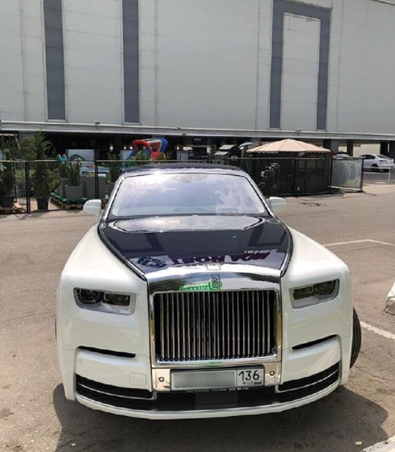 Автомобиль за 50 млн рублей сфотографировали на парковке в Воронеже
