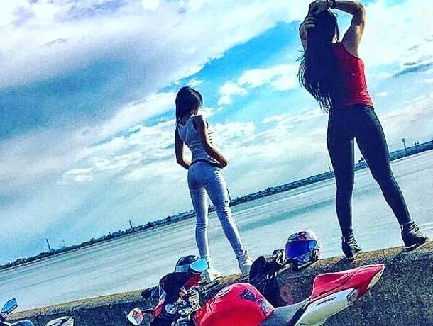 Сексуальные байкерши оригинально показали себя в Воронеже