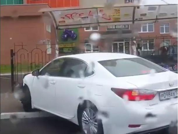 Протаранивший остановку Lexus попал на видео в Воронеже